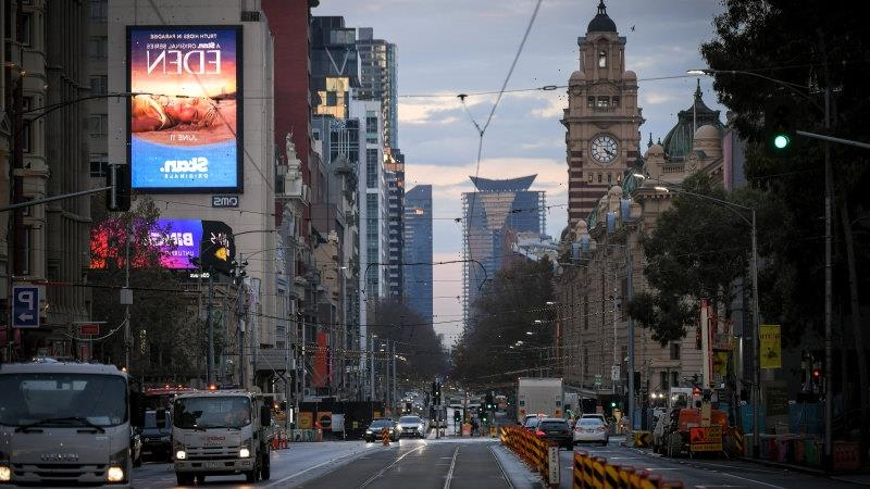 Victoria COVID LIVE updates: Melbourne prepares for restrictions to ease as case average falls, Queensland records one new COVID-19 case in Victorian traveller
