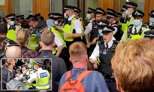 Anti-vaxx mob clashes with police at Canary Wharf